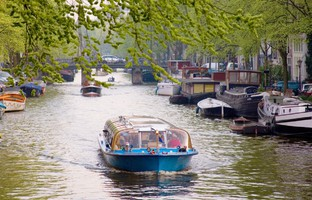 Tourist activities in Amsterdam. Фото encrier - Depositphotos