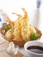 ОАЭ. Абу-Даби. Emirates Palace. Delicious tempura (deep fried prawn), shallow depth of field. Фото ifong - Depositphotos