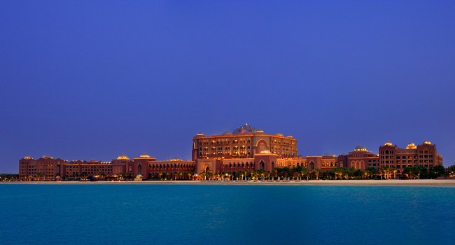 ОАЭ. Абу-Даби. Emirates Palace, Abu Dhabi's most exclusive hotel. Фото Sophie_James - Depositphotos