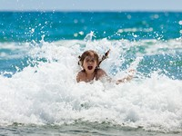 ОАЭ. Дубай. Madinat Jumeirah. Little girl at sea in sunny day. Фото Antartis - Depositphotos