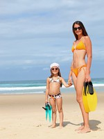 ОАЭ. Дубай. Madinat Jumeirah. Mother and daughter at the beach. Фото photography33 - Depositphotos