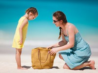 ОАЭ. Дубай. Madinat Jumeirah. Mother and daughter on a tropical beach. Фото  shalamov Depositphotos