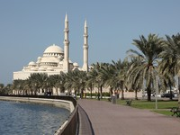 ОАЭ. Шарджа. Mosque at Sharjah Creek, United Arab Emirates. Фото Philip Lange - shutterstock
