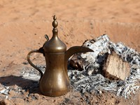 ОАЭ. Traditional Arabian Coffee Pot at Bedouin Camp in the desert. Фото Philip Lange - shutterstock