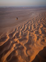 ОАЭ. Floating over sand dunes in a hot air balloon. Фото Joseph Borg - shutterstock