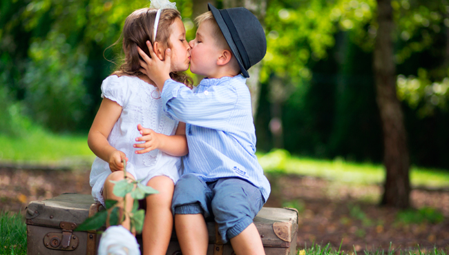Блог Павла Аксенова. Cute couple of children kissing each other. Фото konradbak - Depositphotos