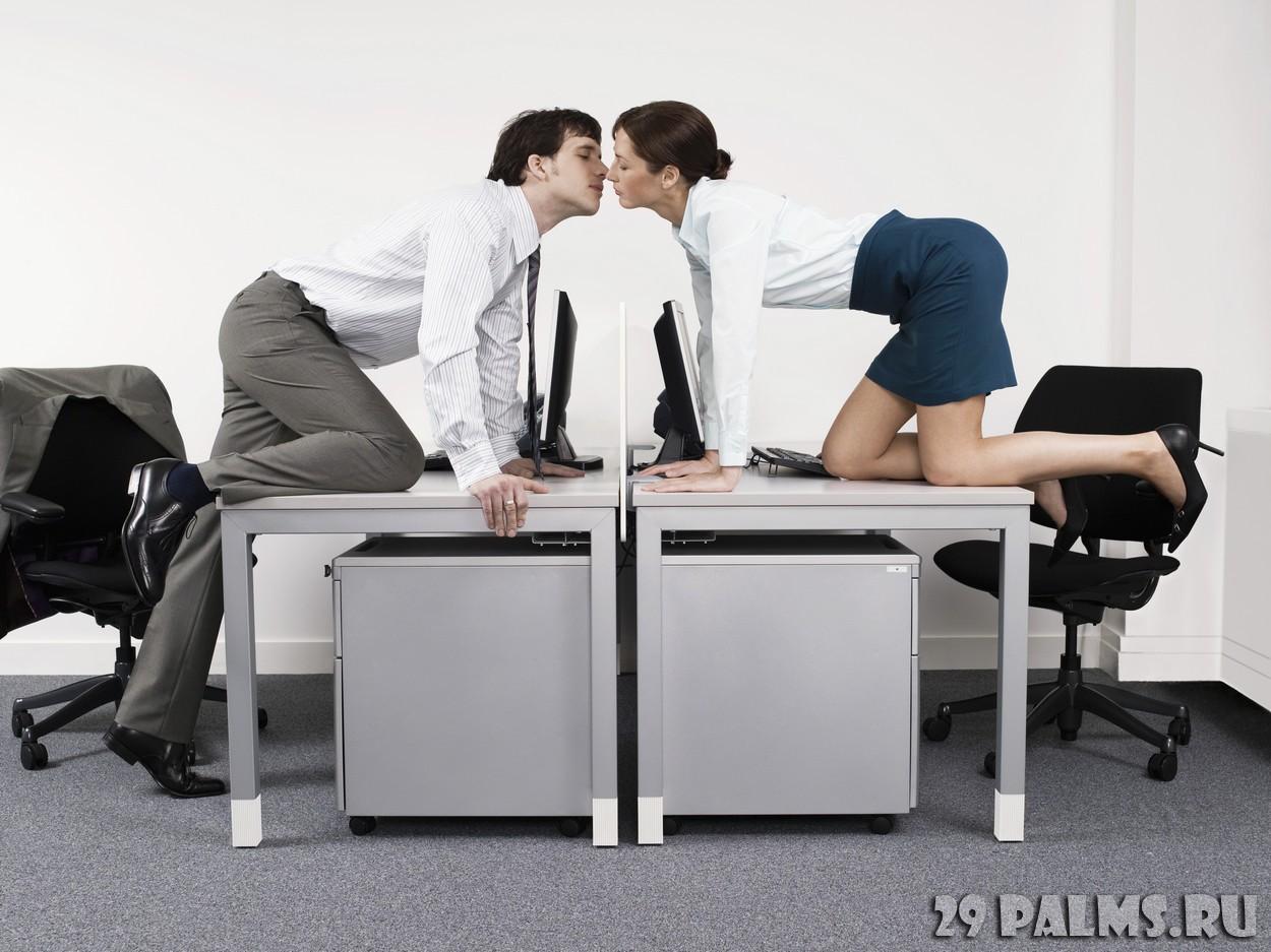 Секретарша заводит богатого босса на работе 22 фотография