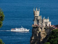 Крым. Swallow's Nest against the sea. Фото natalyWeb - Depositphotos