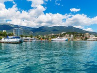 Крым. Panorama of Yalta, Crimea. Фото scanrail - Depositphotos