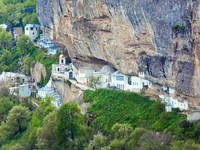 Крым. Spring view of Bakhchisaraj town and Assumption Convent in rock (Chufut Kale, Crimea). Фото wildman - Depositphotos