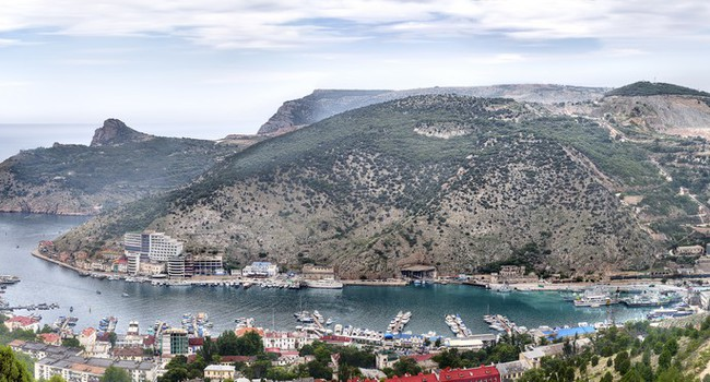 Крым. View to Balaklava bay (Balaklava, Crimea). Фото boule1301 - Depositphotos