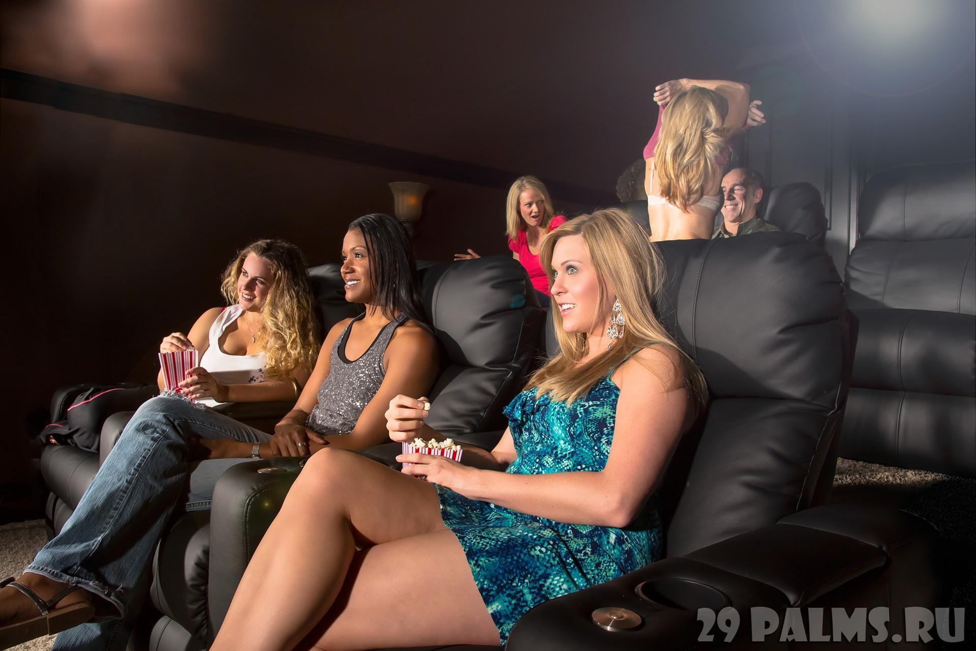 Секс в кинотеатре на заднем ряду