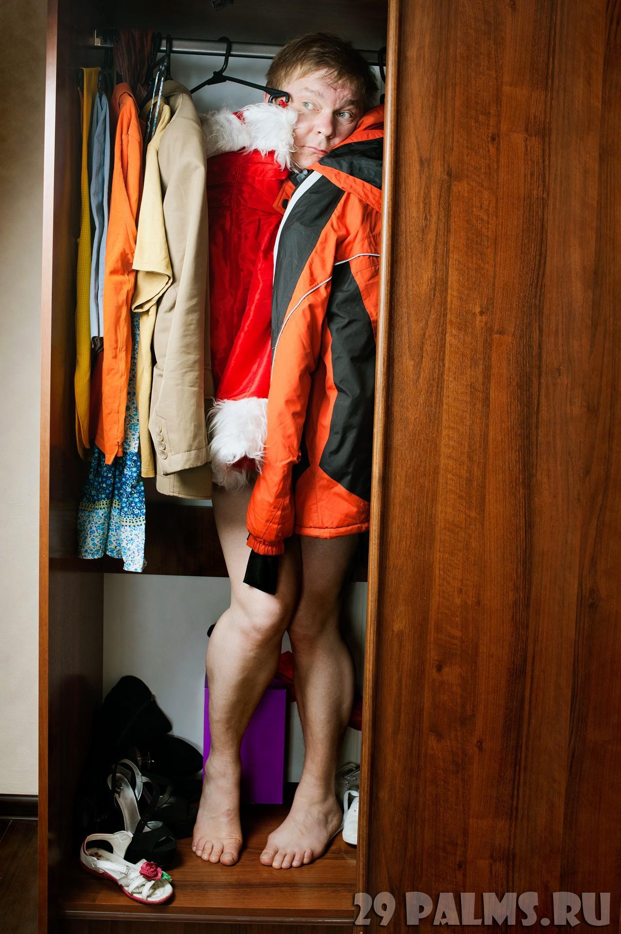 очень парень прятался в шкафу когда девушка с короткой стрижкой мямлить говорить косноязычить