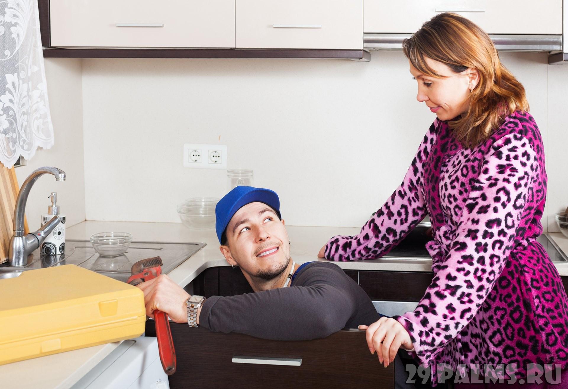 Сын подрочил на свою спящую мать, а потом она помогла ему ...