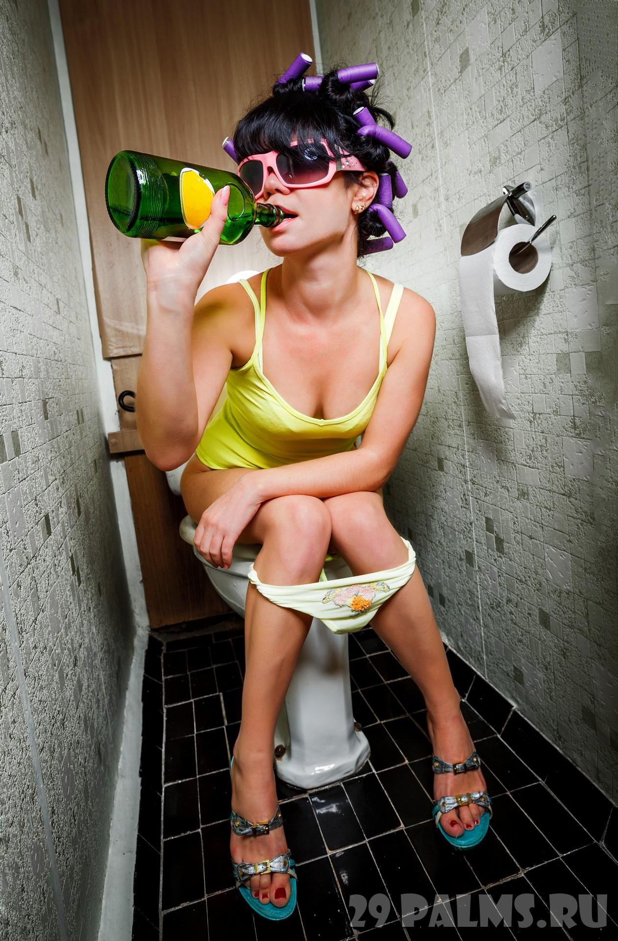 Сексуальная девочка в туалете 8 фотография