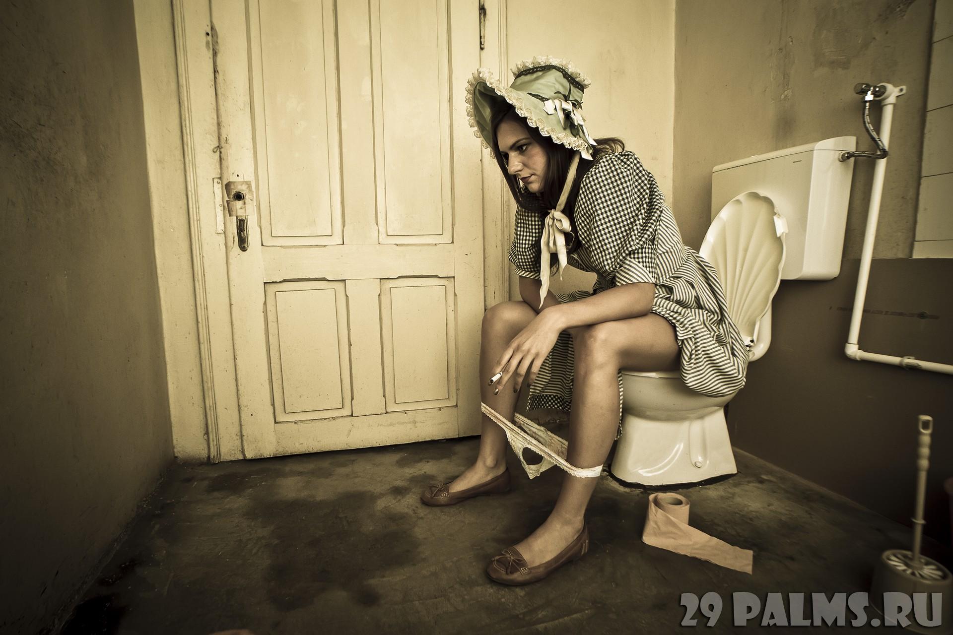 Смотреть онлайн писающих девушек крупно, Девки писают в туалете крупным планом 3 фотография