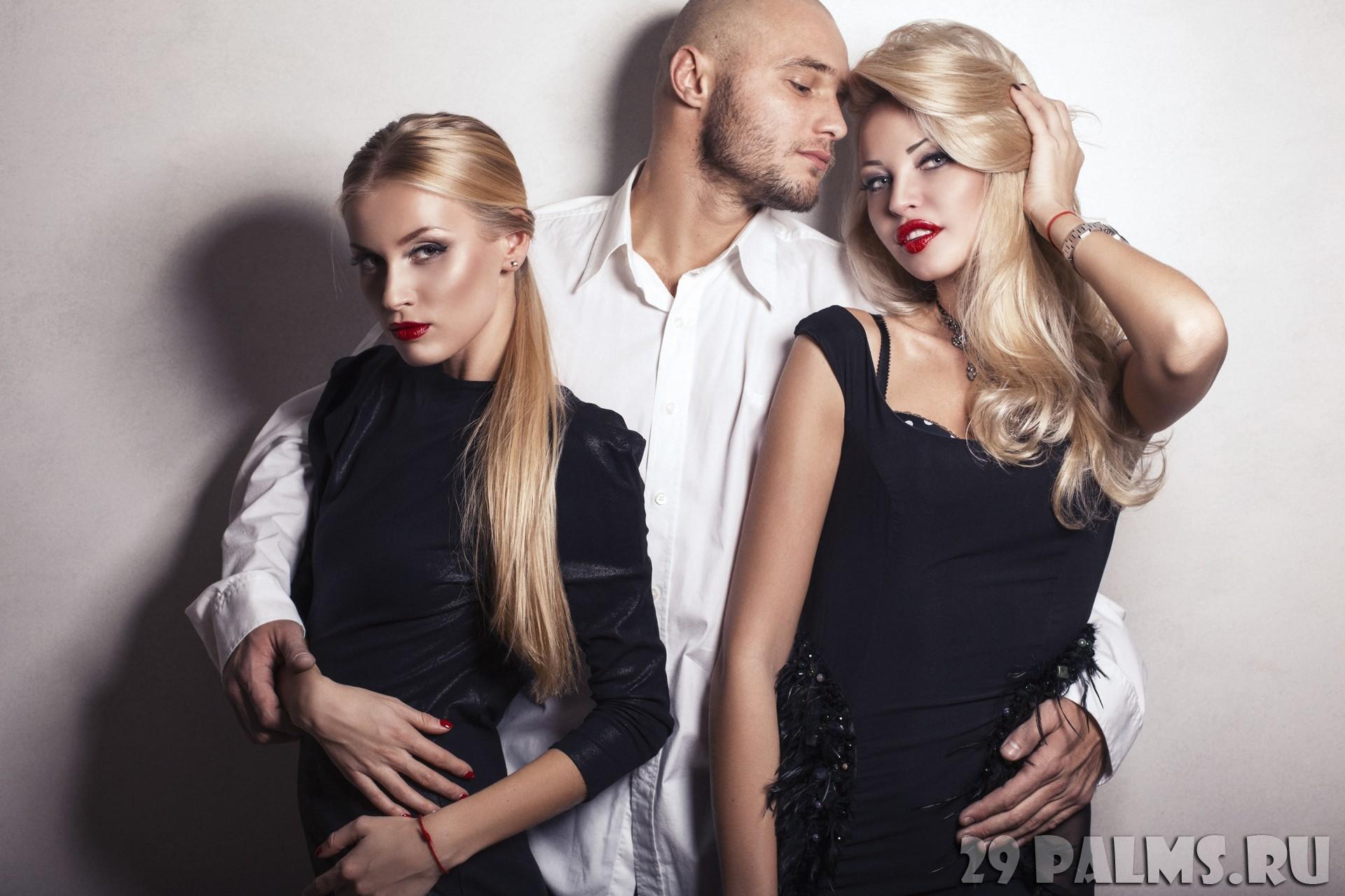 Блондинка и два парня