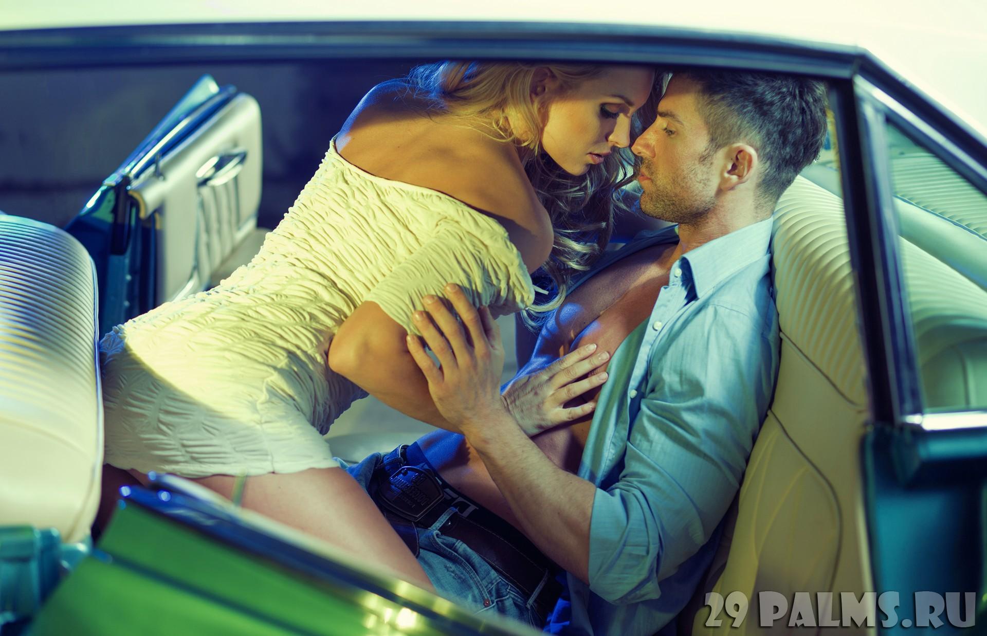 Секс фото с девушкой и парнем в машине на заднем сиденье 7 фотография