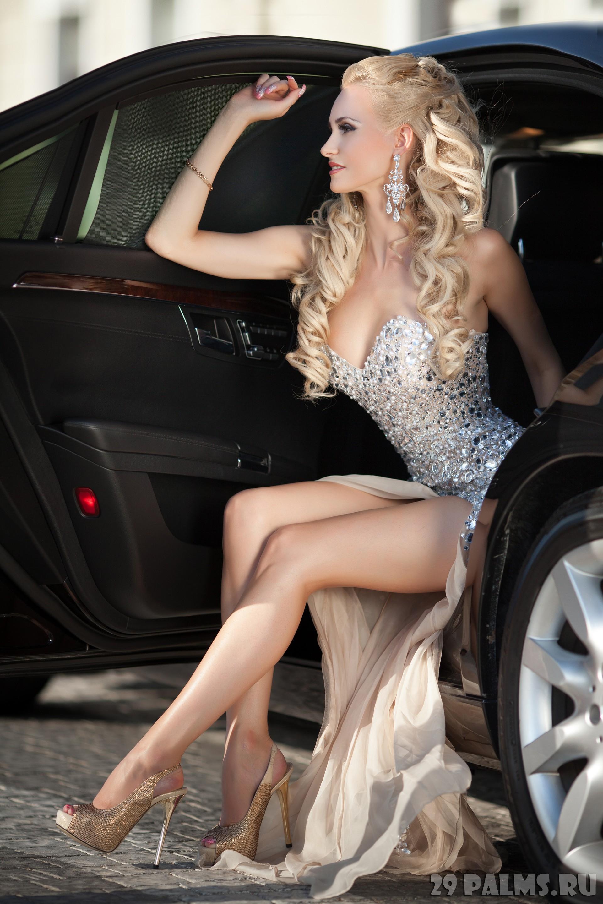 Шикарная блондинка с длинными ногами 7 фотография