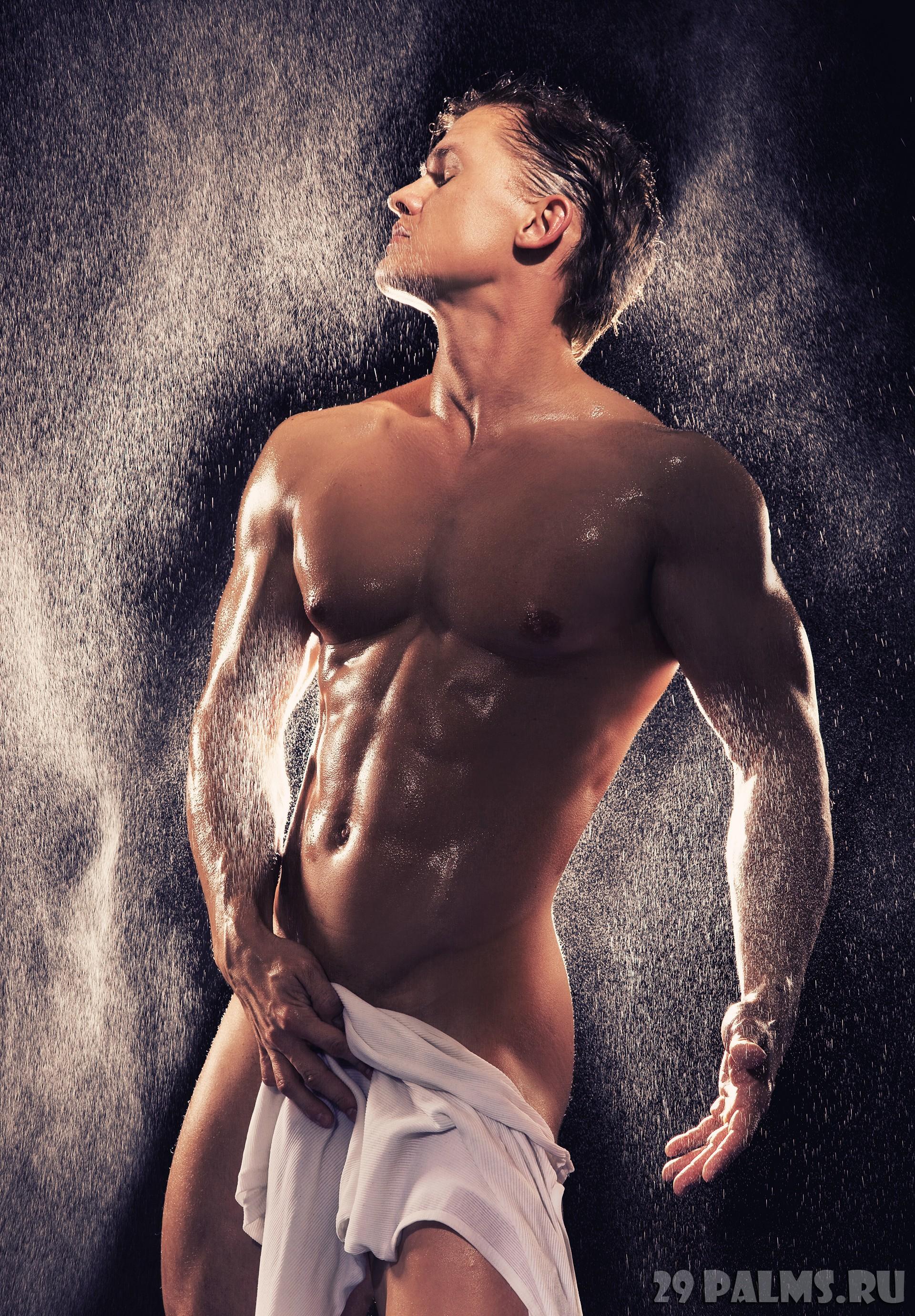 Красивый парень в душе