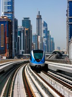 ОАЭ. Дубаи. The Dubai Metro Sheikh Zayed Road. Фото Sophie_James - Depositphotos