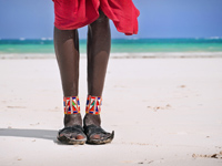 Блог Павла Аксенова. Кения. Момбаса. Maasai sitting by the ocean on the beach. Фото Юлии Шангареевой  - Depositphotos