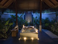Блог Павла Аксенова. Anantara Dhigu Resort & Spa. Sunset Beach Villa bathroom by night