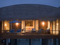 Блог Павла Аксенова. Anantara Dhigu Resort & Spa. Sunrise Overwater Suite exterior night shot