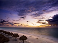 Мексика. Sunrise along the white sand beaches of Cancun on the Yucatan Peninsula in Quintana Roo Mexico. Фото David Davis - Depositphotos