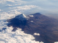 Мексика. Popocatepetl volcano in Mexico DF city aerial view from aircraft. Фото lunamarina - Depositphotos