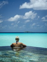 Мальдивы. One & Only Reethi Rah. pool beach people