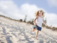 Adorable Little Girl Having Fun at the Beach. Фото Andy Dean - Depositphotos