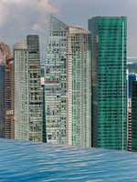 Сингапур. Infinity swimming pool and skyline with skyscapers. Фото  javarman - Depositphotos
