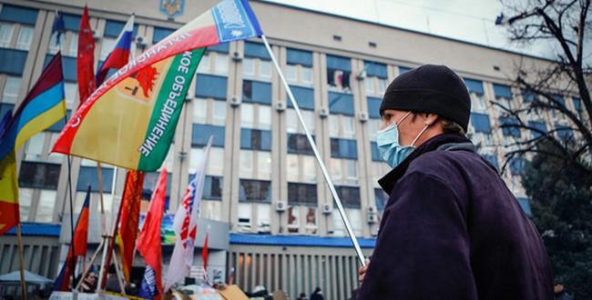 An anti-government protester waves a flag in front of the seized office of the SBU state security service in Luhansk, eastern Ukraine April 14, 2014. Фото - Reuters, Shamil Zhumatov