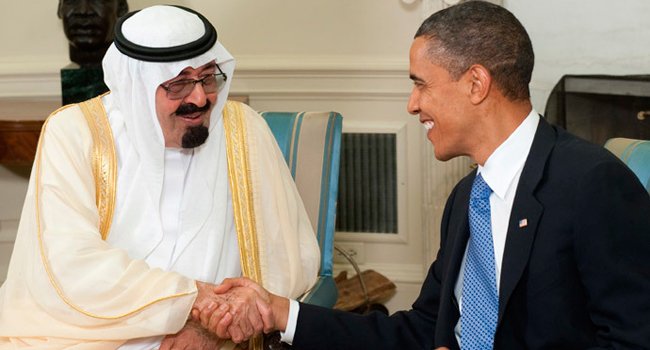 US President Barack Obama shakes hands with King Abdullah bin Abdulaziz Al Saud of Saudi Arabia. Фото - AFP, Saul Loeb