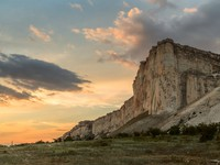 Крым. Crimea. Mountain landscape. In stony mountain vertical slope - ancient cave settlement Eski-Kermen. Фото F_D_ - Depositphotos