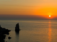 Крым. Rock and sea waves, sunset. Фото Violin - Depositphotos