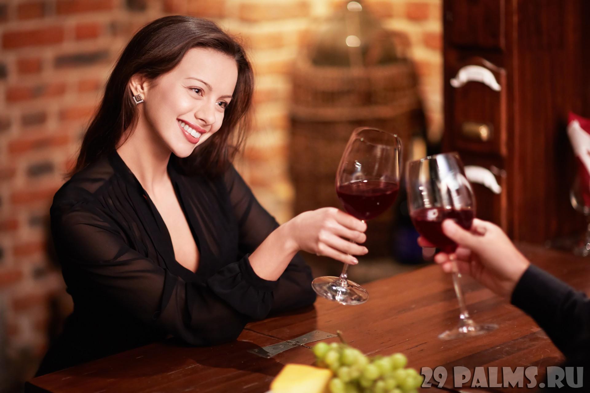Девушка идет в ресторан фото