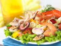 Seafood salad with shrimp, clams, octopus tentacles, calamari rings and prawns. Фото ildi_papp - Depositphotos