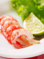 ОАЭ. Абу-Даби. Emirates Palace. Shrimp with garnish, shallow depth of field. Фото haveseen - Depositphotos