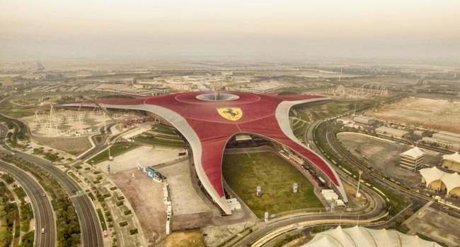 Клуб путешествий Павла Аксенова. ОАЭ. Абу-Даби. Остров Яс (Yas Island). Aerial view of Ferrari World Park. Фото jovannig - Depositphotos