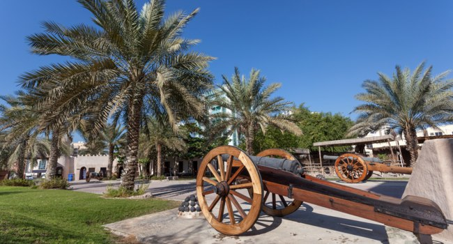 Клуб путешествий Павла Аксенова. ОАЭ. Эмират Аджман (Ajman). Historic cannon at the msuem of Ajman, UAE. Фото philipus - Depositphotos