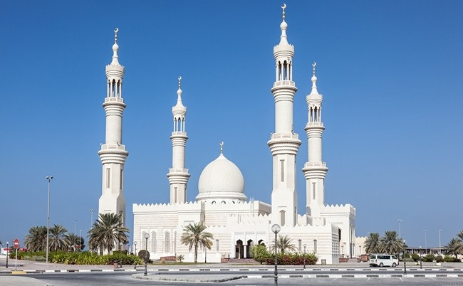 Клуб путешествий Павла Аксенова. ОАЭ. Эмират Аджман (Ajman). White mosque in Ajman, UAE. Фото philipus - Depositphotos