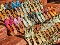 ОАЭ. Дубай. Дейра. Рынок. Traditional Arabic shoes in east souk. Фото Observer - Depositphotos