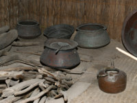 Antique dishes Bedouin, Dubai museum, United Arab Emirates,UAE. Фото VLADJ55 - Depositphotos