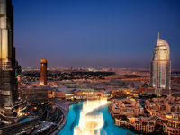 ОАЭ. Дубай. The spectacular Dubai Dancing Fountain at dusk. Фото Sophie_James - Depositphotos