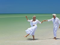 ОАЭ. Дубай. Happy Senior Couple Dancing Holding Hands on A Tropical Beach. Фото dmbaker - Depositphotos