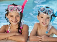 ОАЭ. Дубай. Boy and Girl In Swimming Pool with Goggles and Snorkel. Фото Darren Baker - Depositphotos