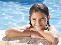 ОАЭ. Дубай. Happy Girl Leaning On The Edge Of A Swimming Pool. Фото Darren Baker - Depositphotos
