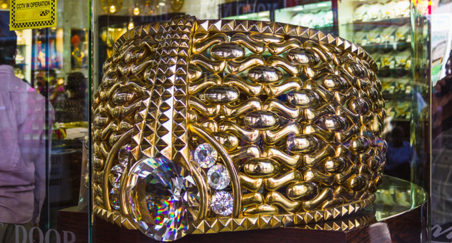 ОАЭ. Дубай. Golden Souk. The biggest gold ring in Deira Gold Souq weighs 63.85kg. on Nove. Фото Олег Жуков - Depositphotos
